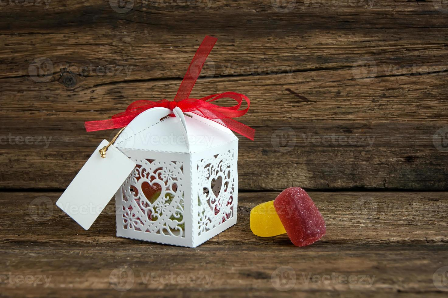 caixa de presente com chocolates em fundo de madeira foto