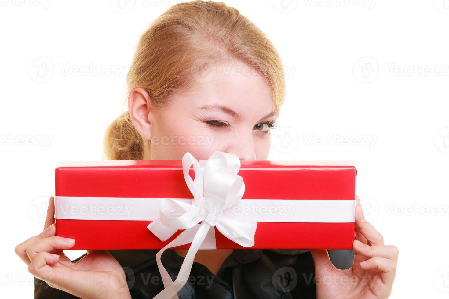 férias amam conceito de felicidade - menina com caixa de presente foto