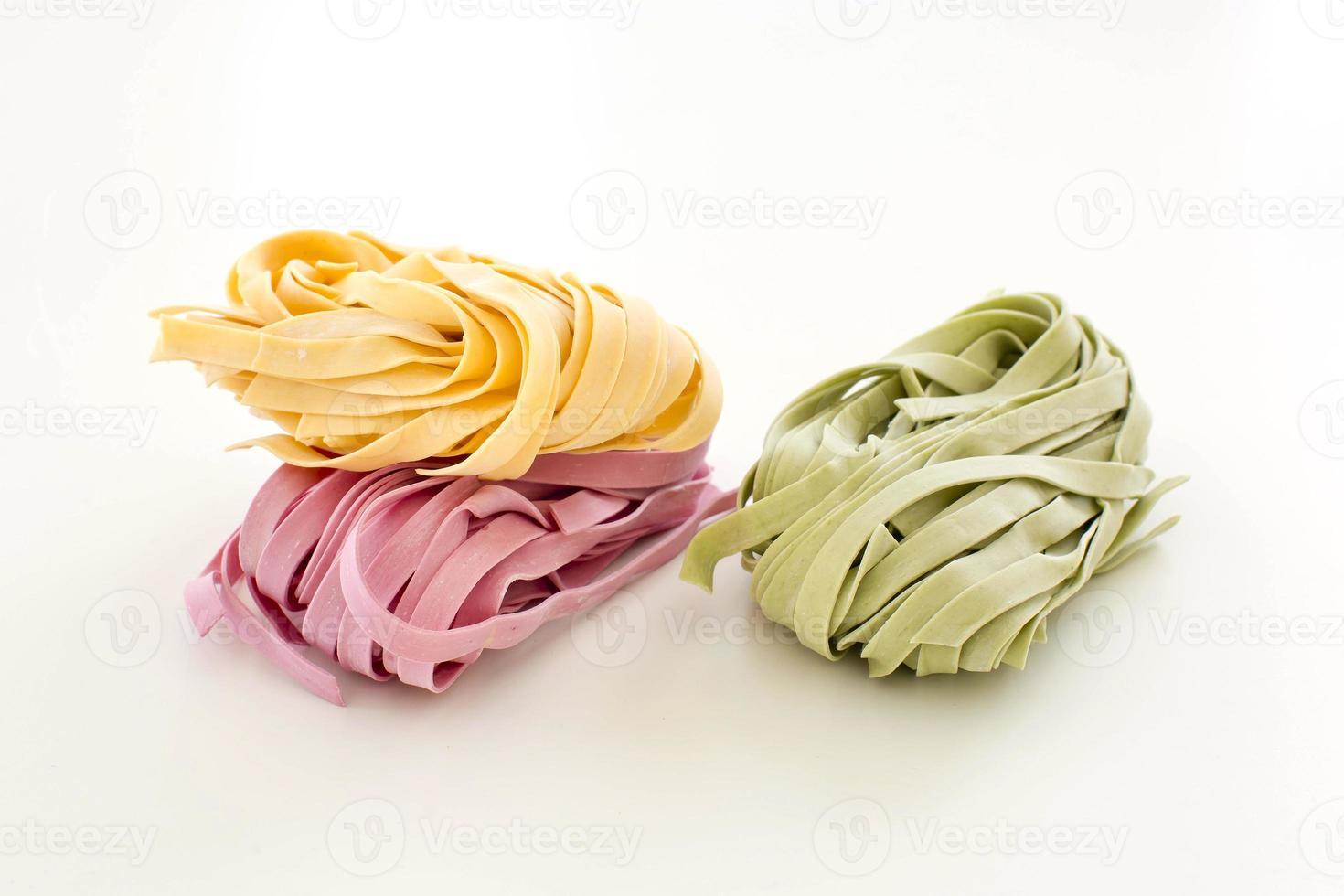 feixes de macarrão colorido de fita seca foto