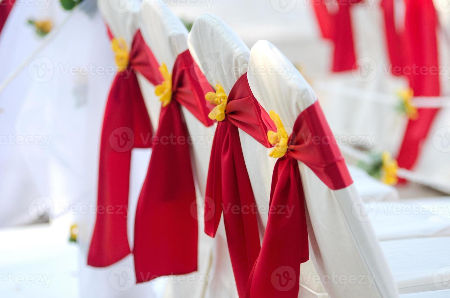 casamento, mesa nupcial e cadeiras decoradas com fita vermelha foto