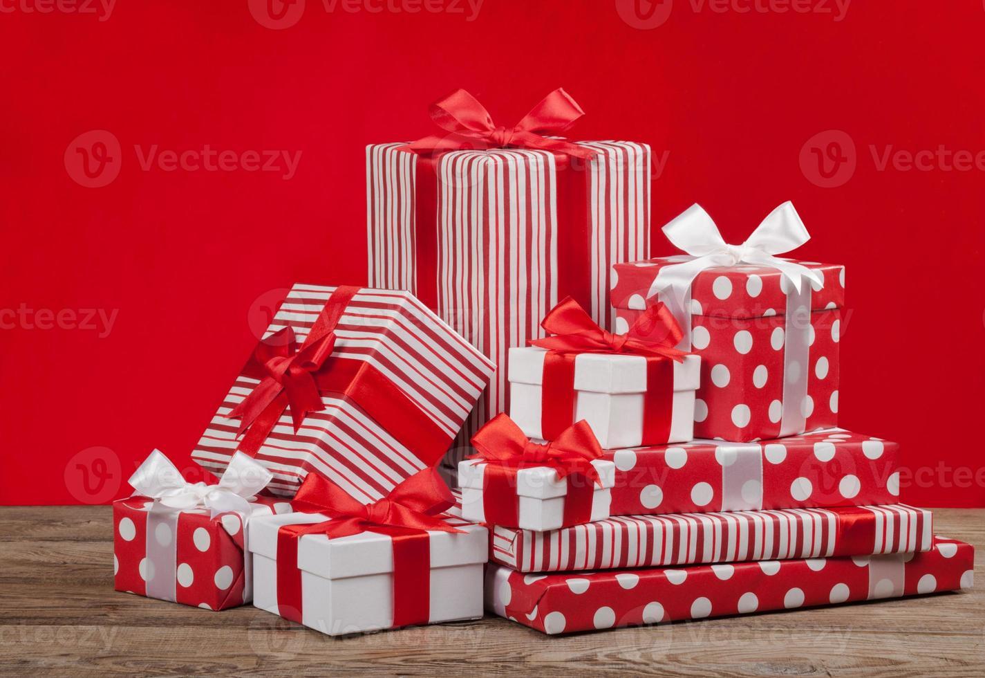 caixa de presente para o natal em um fundo vermelho foto