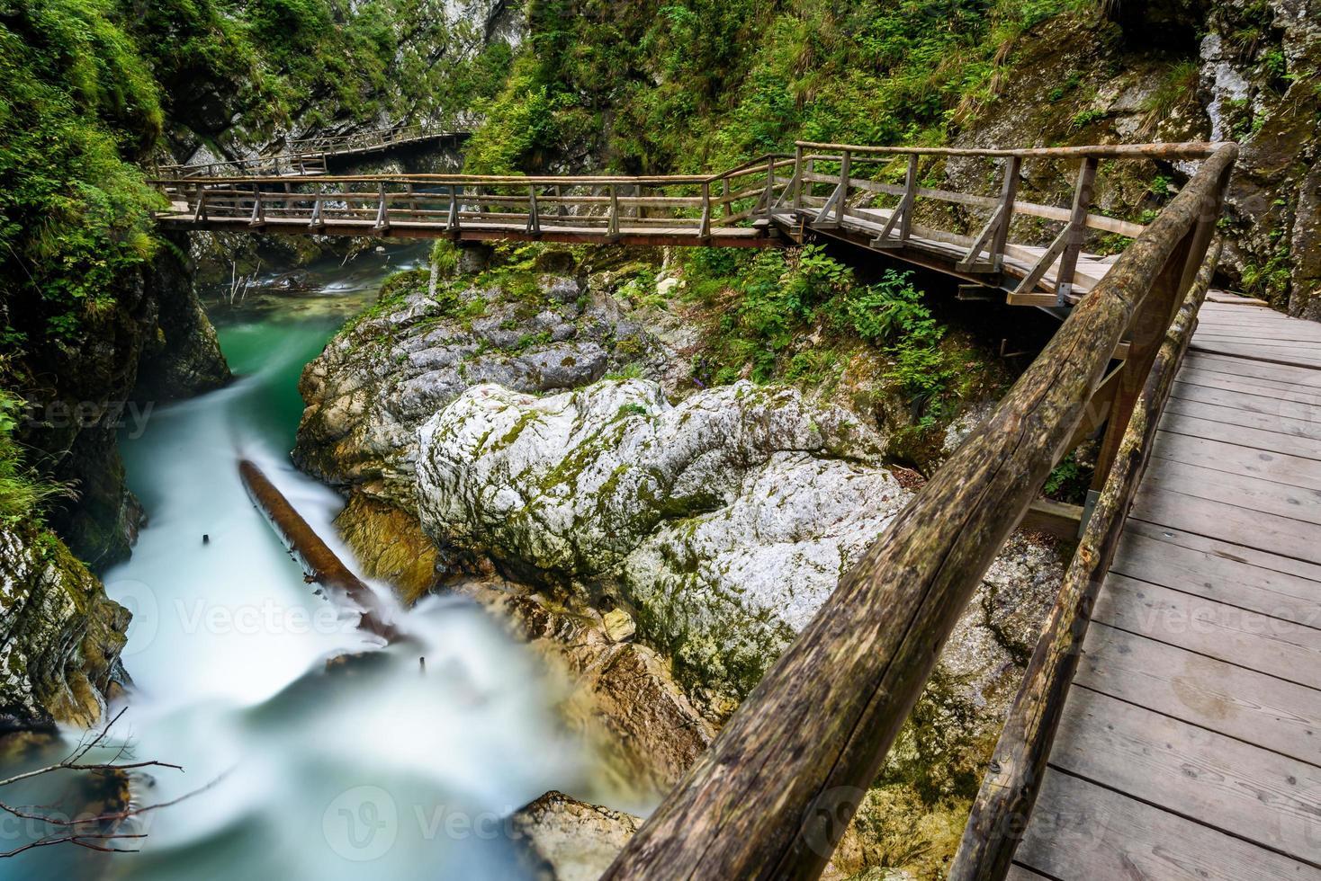 riacho de água e caminho de madeira em vintgar gorge, bled, slovenia foto