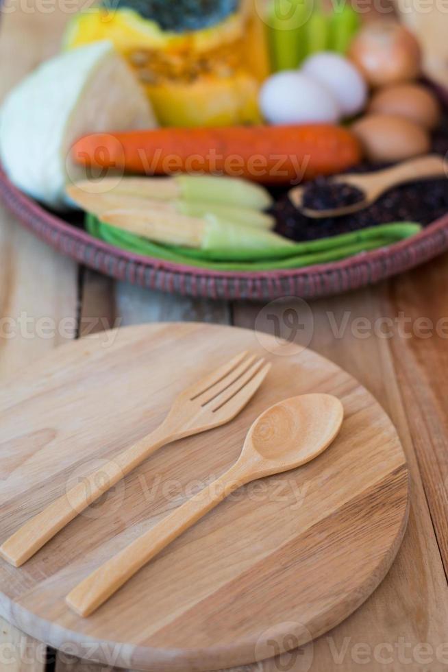 comida limpa, conjunto de legumes, na mesa de madeira foto