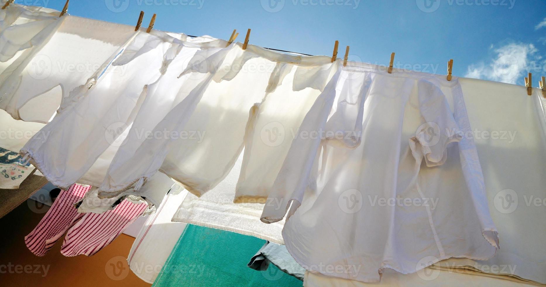 secando roupa em um varal foto