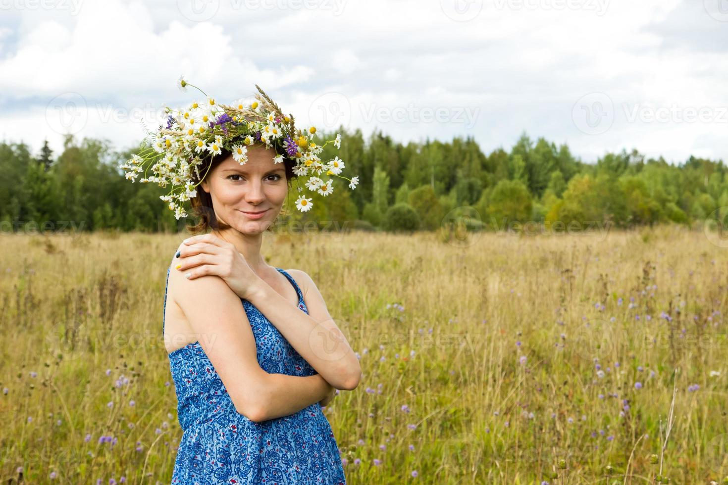 retrato de verão da bela jovem sorridente foto
