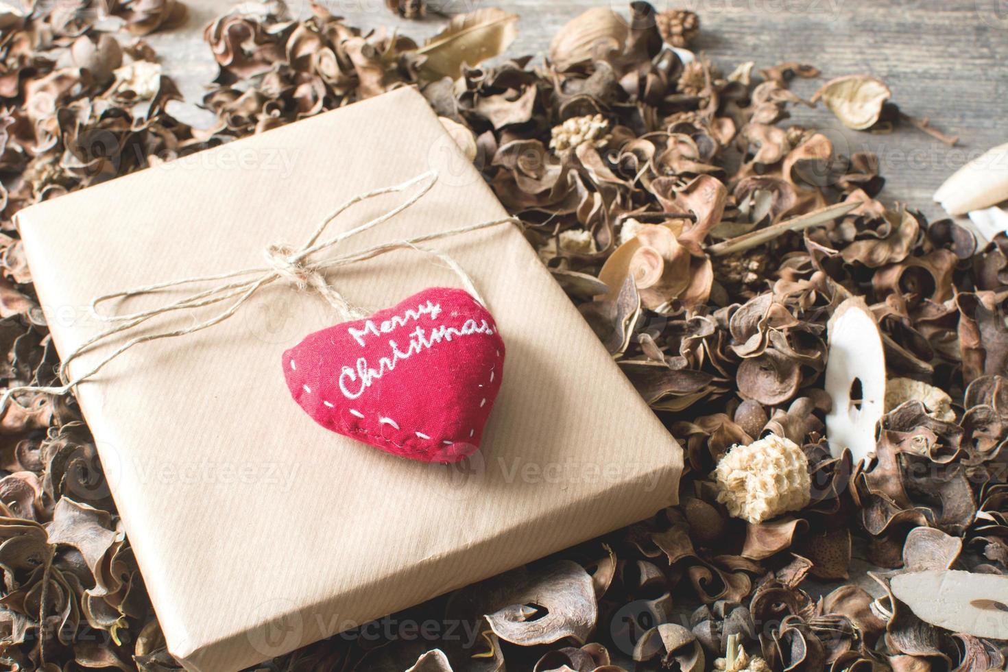 caixa de presente rústica cercada por folhas de outono foto