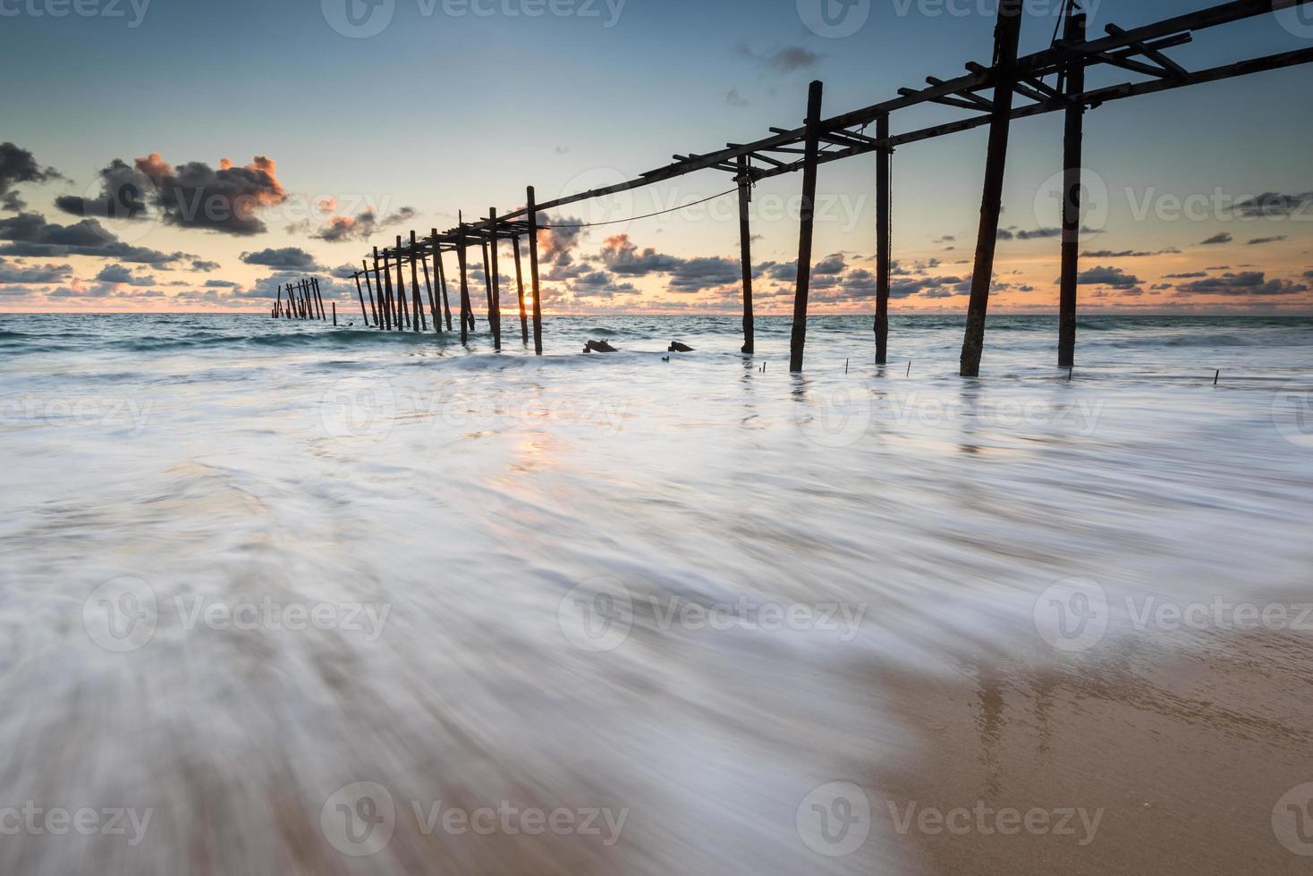 impacto das ondas do mar na areia da praia foto