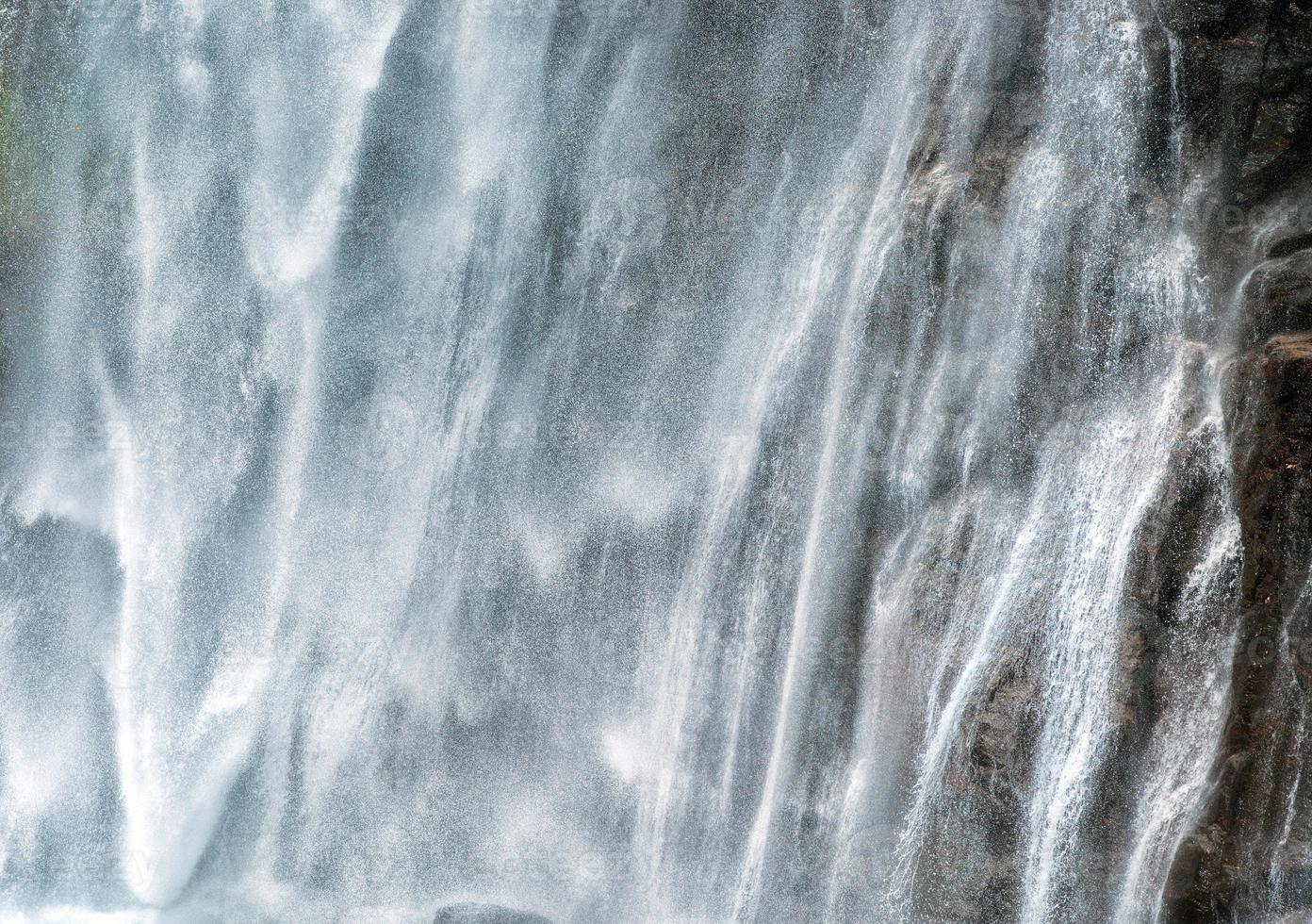 poderosa torrente de água caindo em um penhasco foto