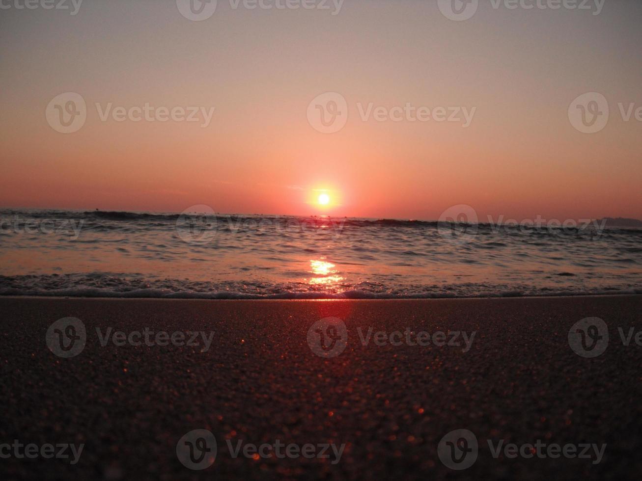 belo pôr do sol no mar foto