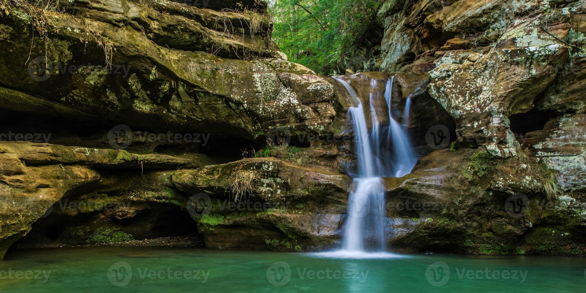 fundo sereno da cachoeira hocking hills foto