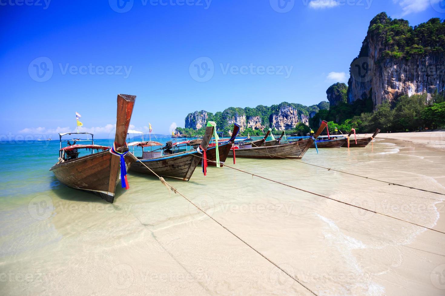 barco de cauda longa tradicional praia tropical foto