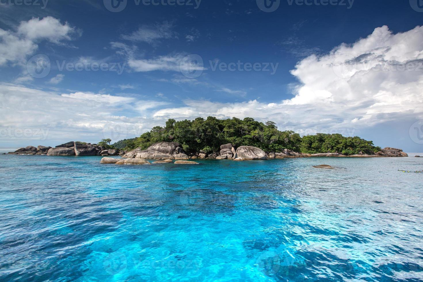 águas cristalinas da ilha tropical, similan, tailândia foto