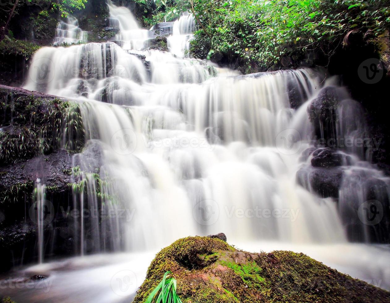 cachoeira mundang, petchaboon, tailândia foto
