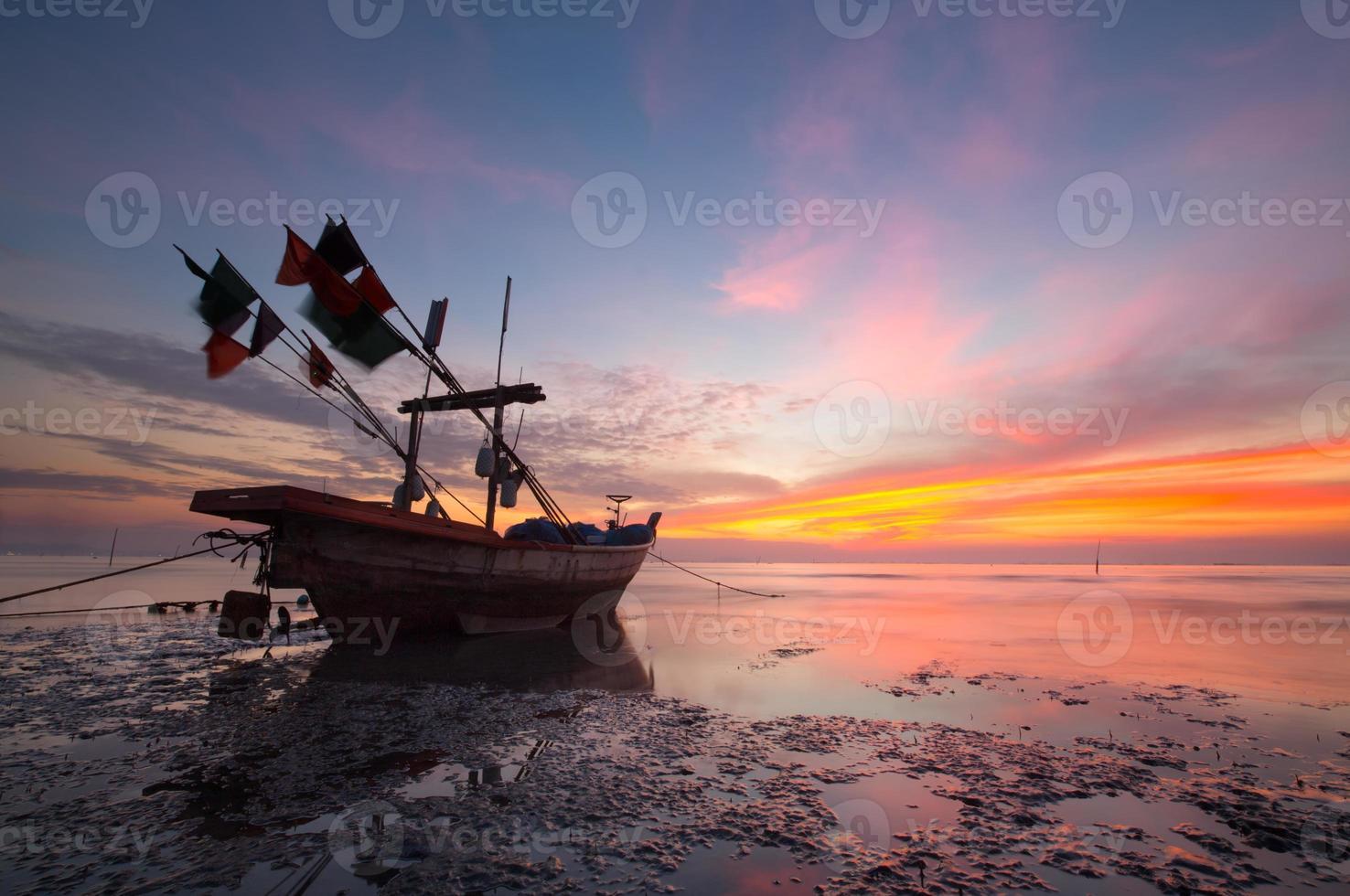 barcos tailandeses em sunset beach. ao nang, província de Krabi. foto