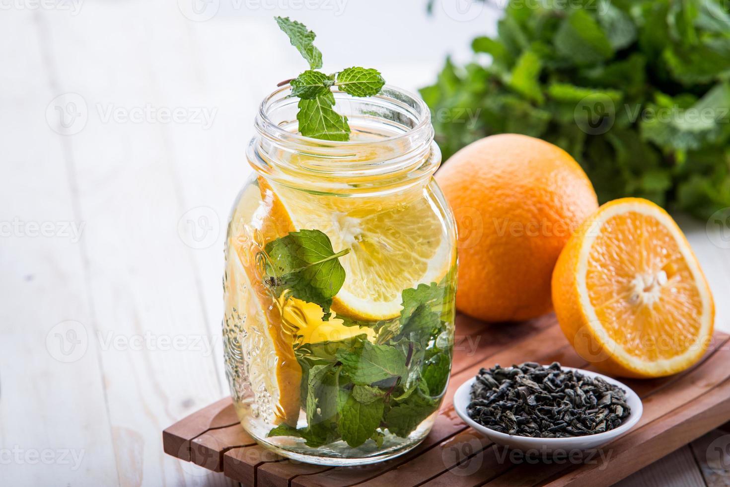mistura de água com infusão de folha de laranja e hortelã foto