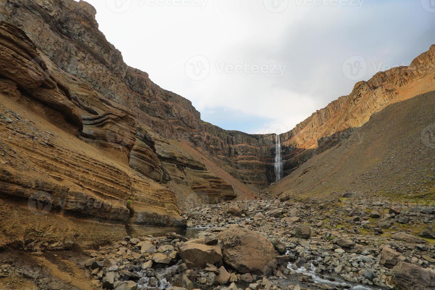 Cachoeira Hengifoss na Islândia foto