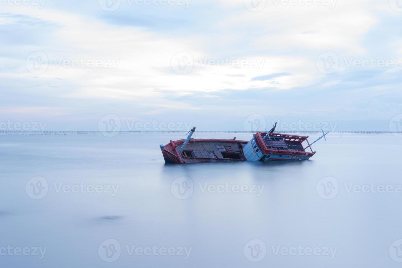 naufrágio no mar branco foto