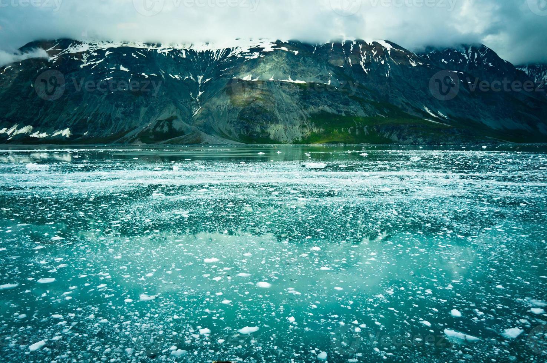baía glaciar nas montanhas, alaska, estados unidos foto