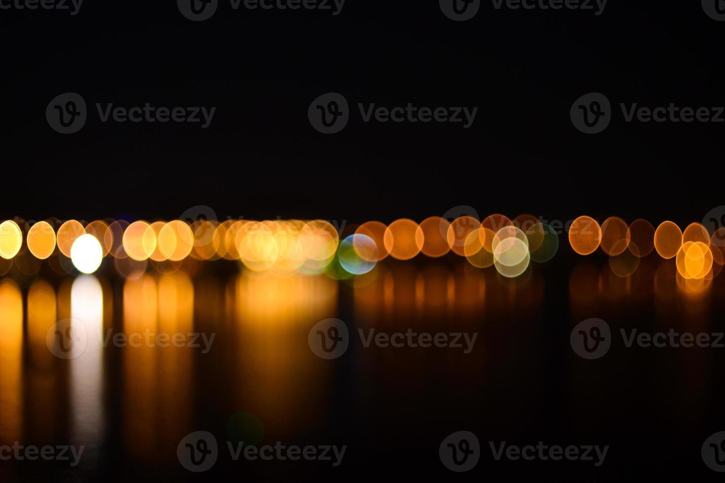 noite cidade com luzes desfocadas de fundo foto