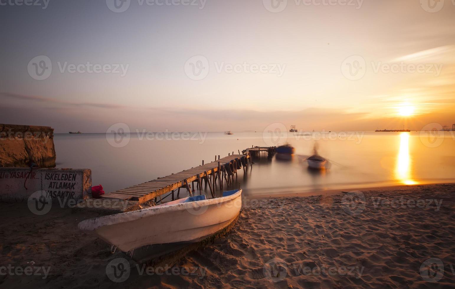 cais e barco de madeira envelhecida foto