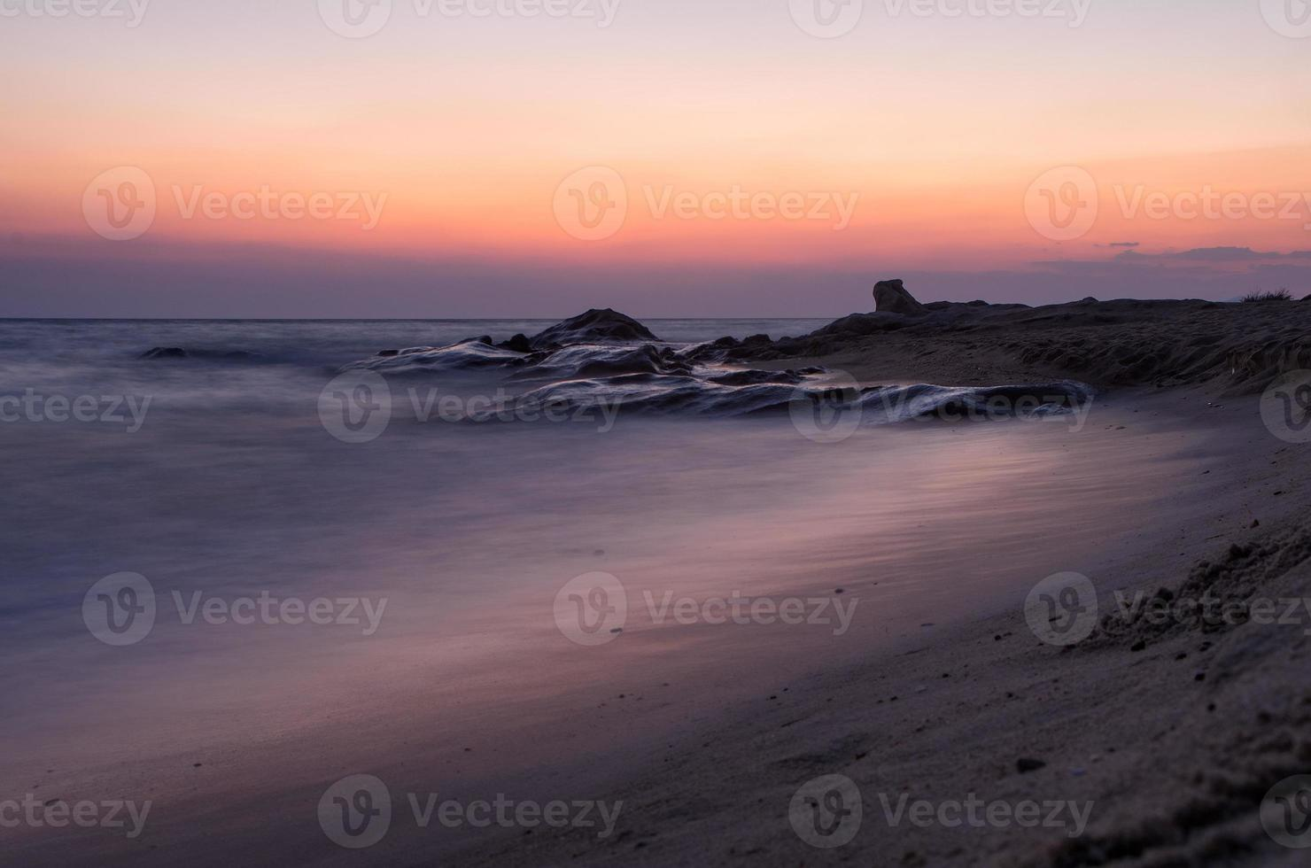 anoitecer em uma praia em sithonia, gizidiki, grécia foto