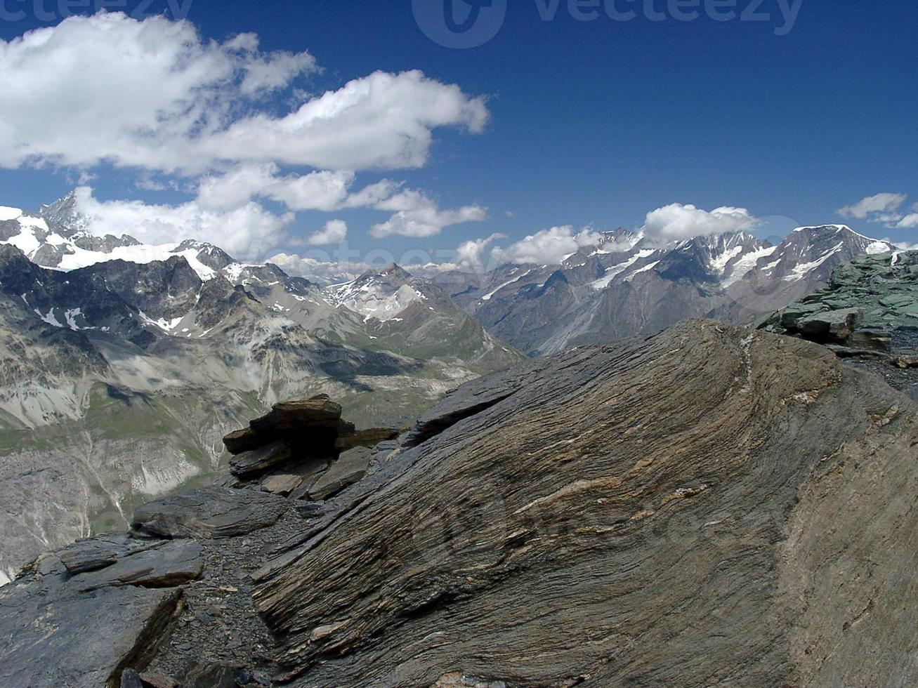 vale alpino com neve e geleira no verão foto