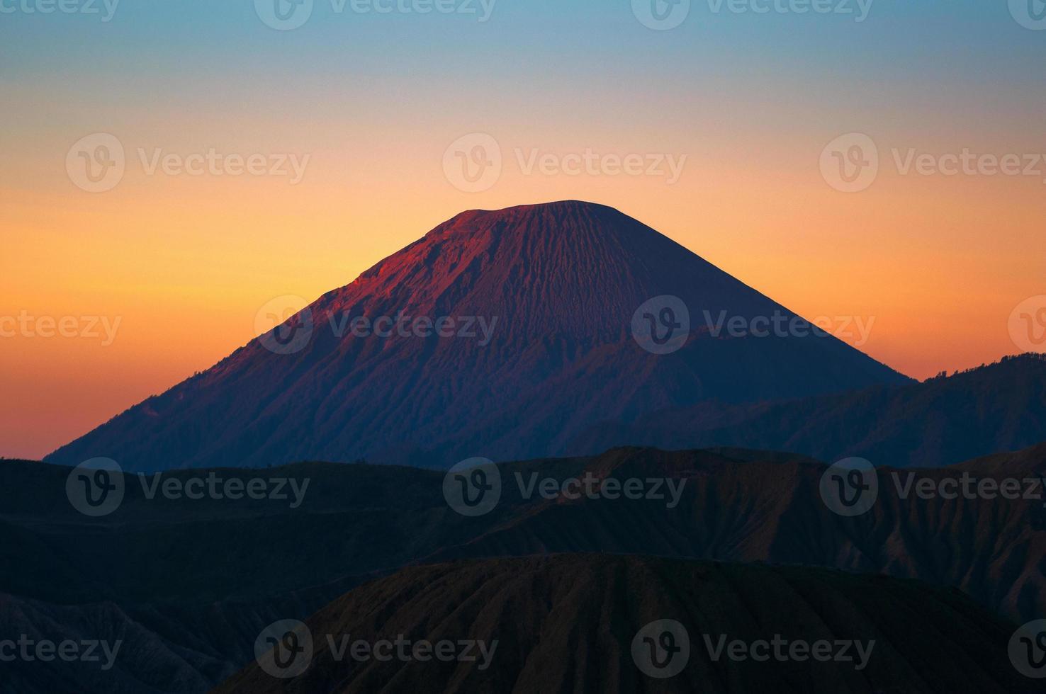 bela cena do nascer do sol do vulcão Monte Sumeru na Indonésia foto