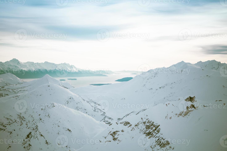 montanhas e enseadas chilkat no inverno foto