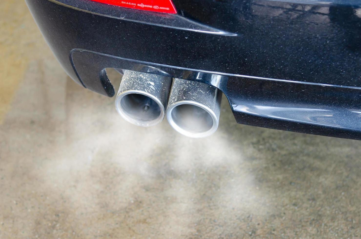 fumaça exaustiva de carro foto