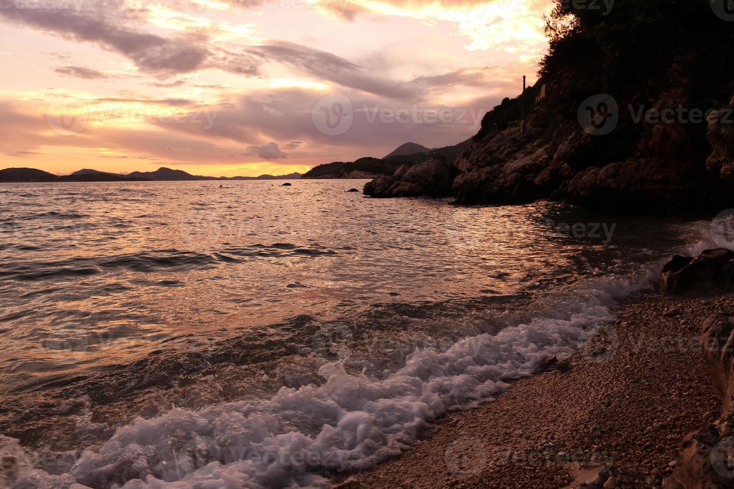 lindo pôr do sol perto da costa em dubrovnik, croácia foto