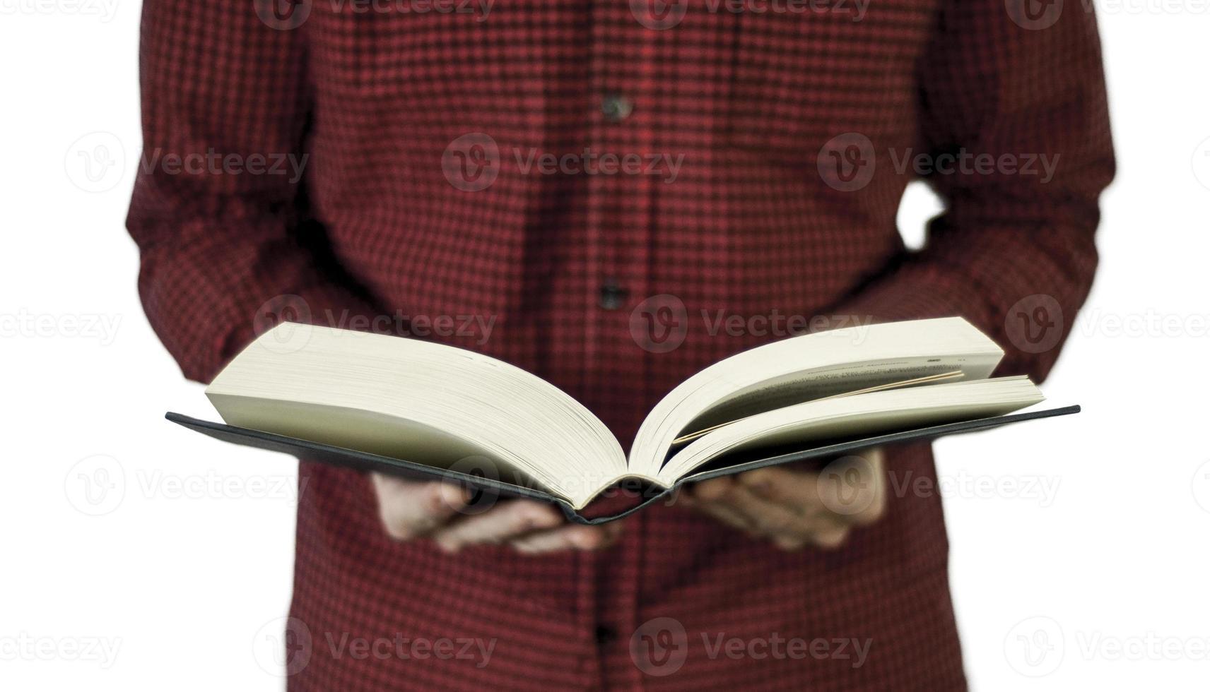 homem segurando um livro aberto foto
