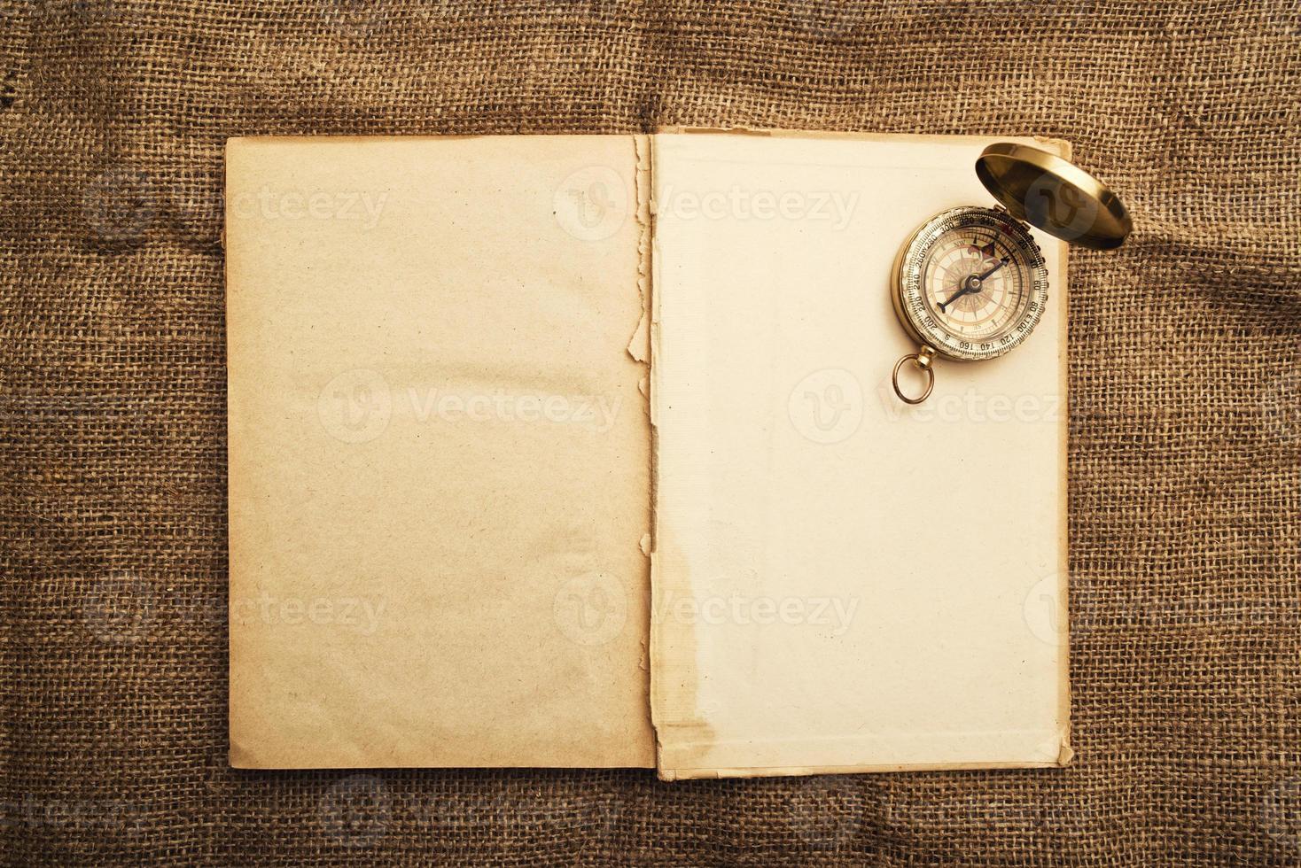 livro aberto antigo com bússola foto