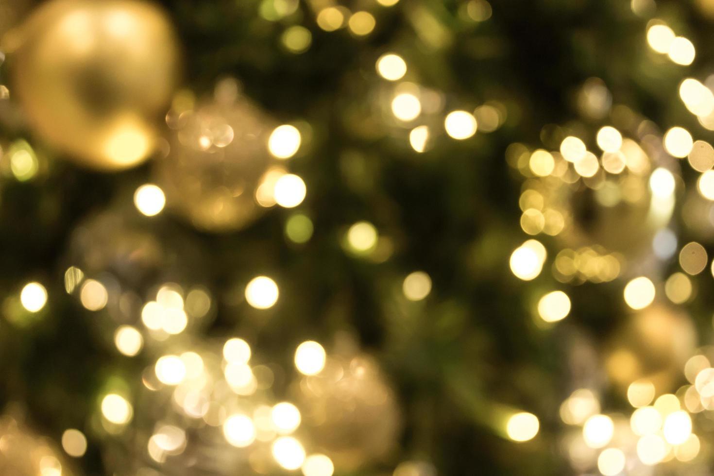 natal com bokeh dourado de fundo claro foto