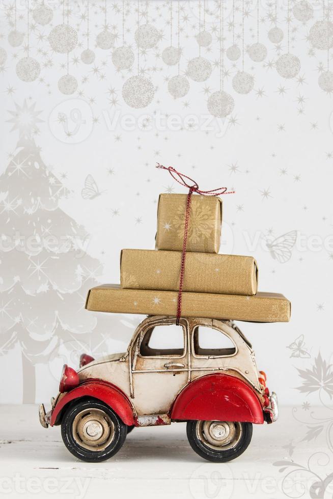 cartão de férias de natal com caixas de presente no carro de brinquedo foto