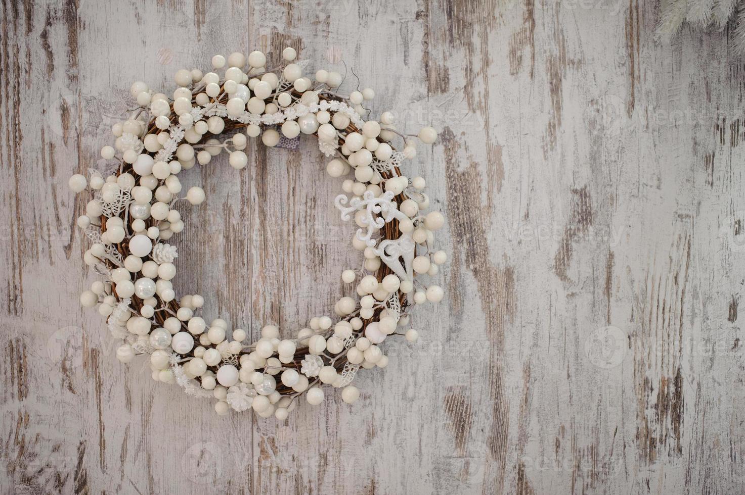 guirlanda decorativa de natal branco sobre fundo de madeira foto