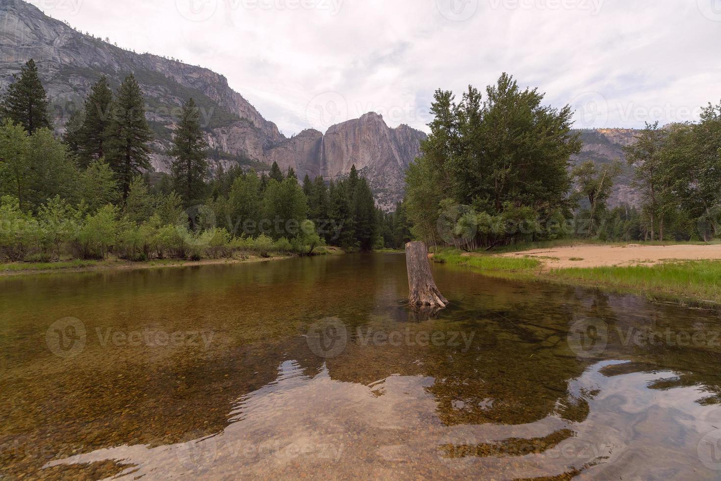rio merced no parque nacional de yosemite foto