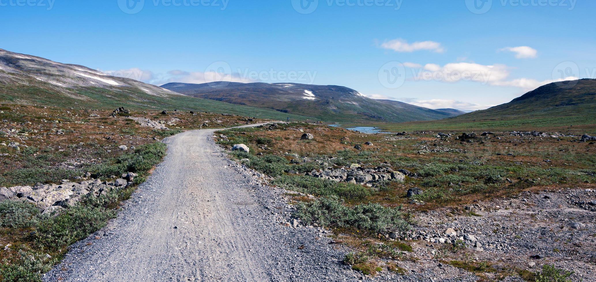 estrada de terra entre a cabana de montanha de glitterheim e o estacionamento foto