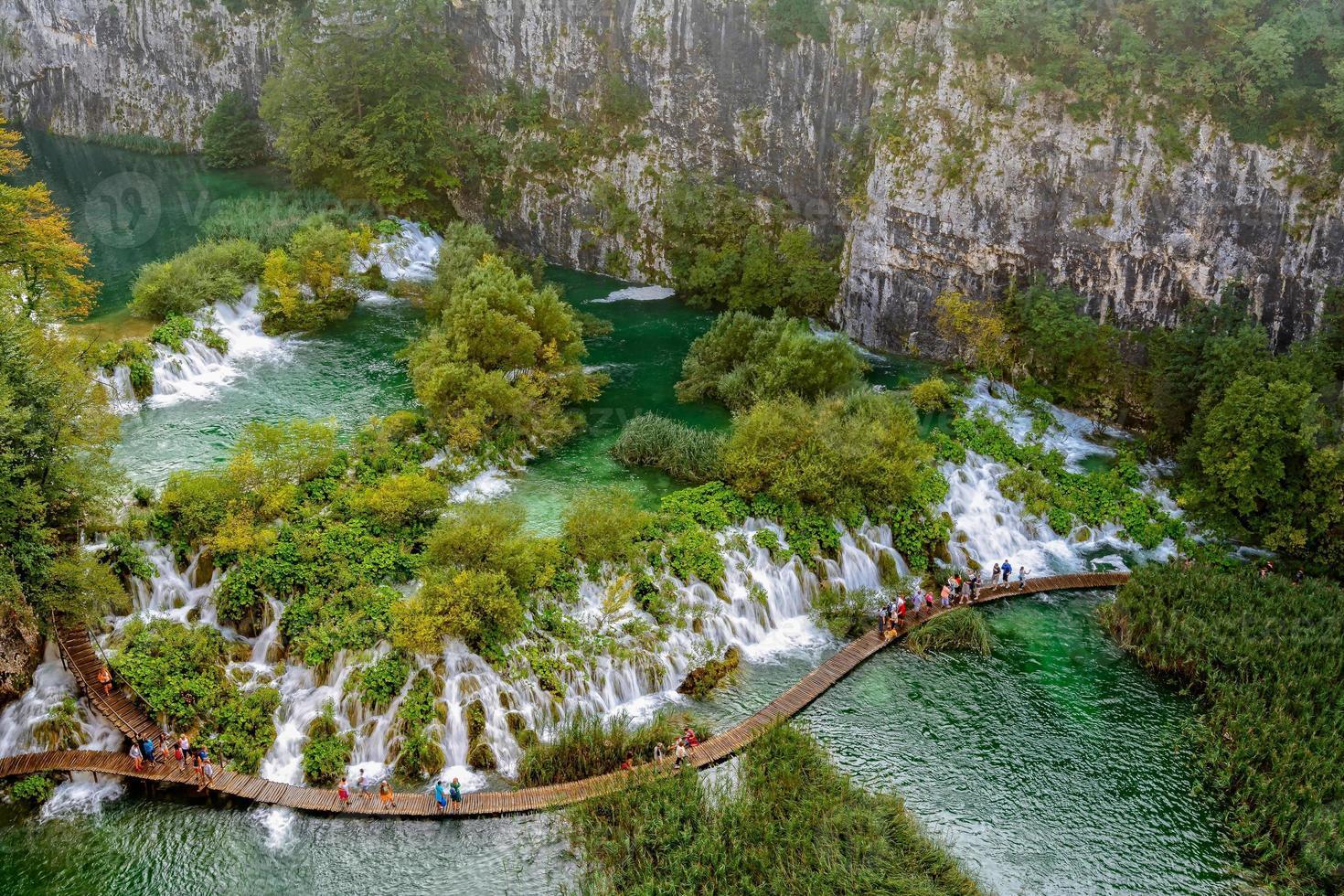turistas nas cachoeiras de plitvice foto