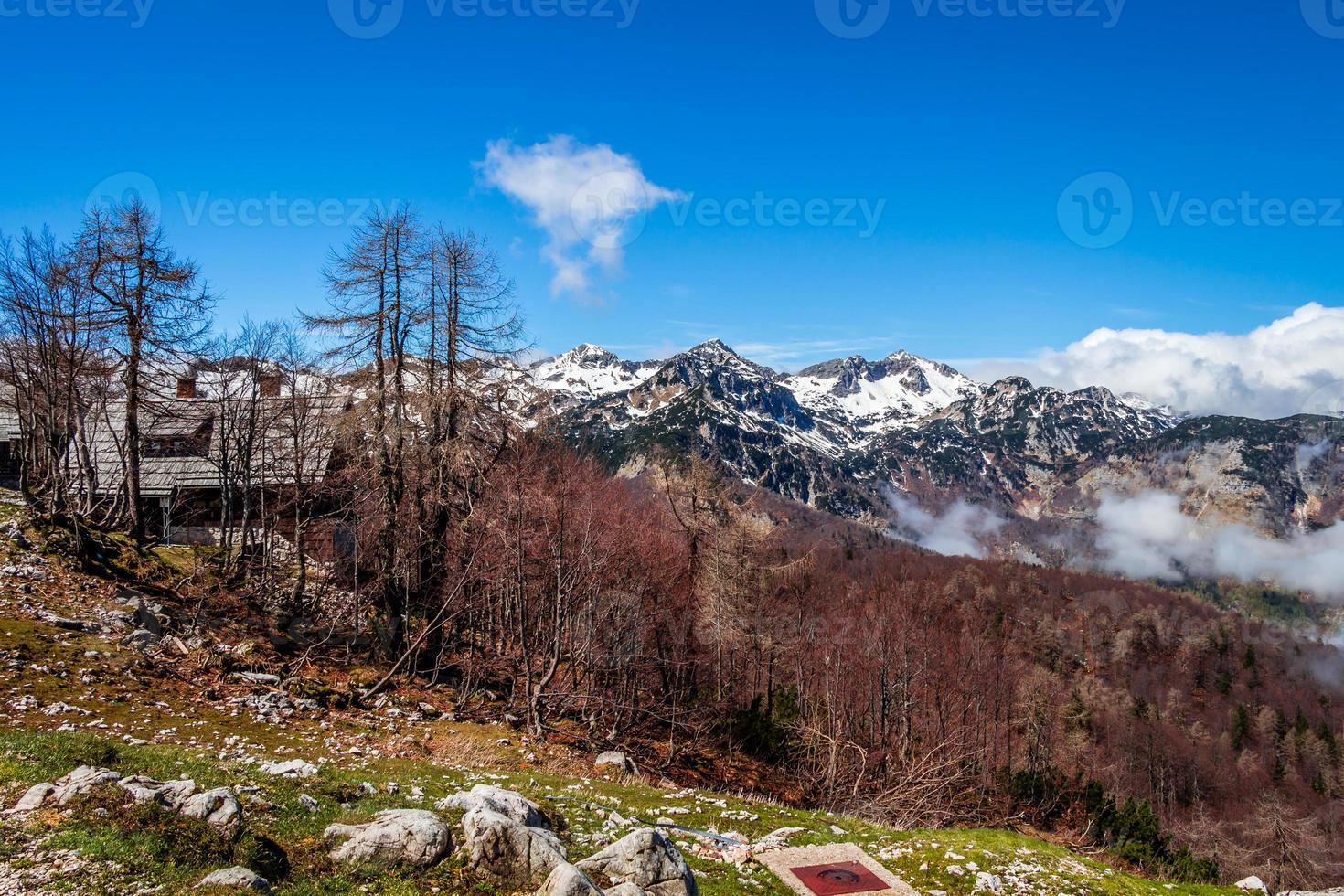 montanhas e lago do parque nacional triglav foto