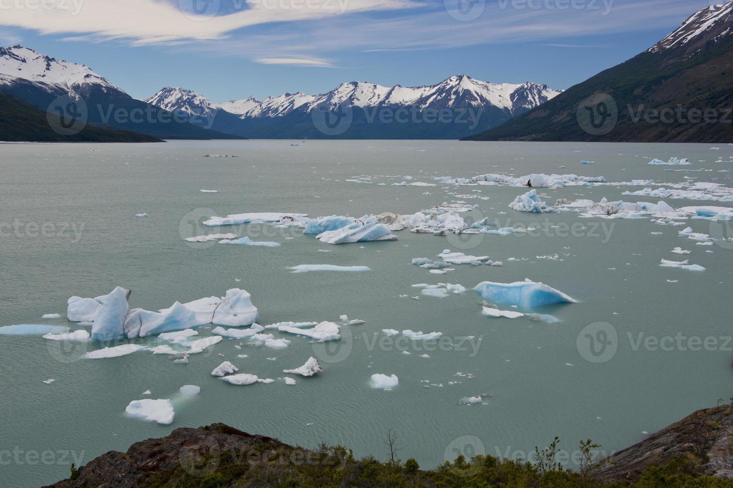 iceberg flutuando no lago argentino foto