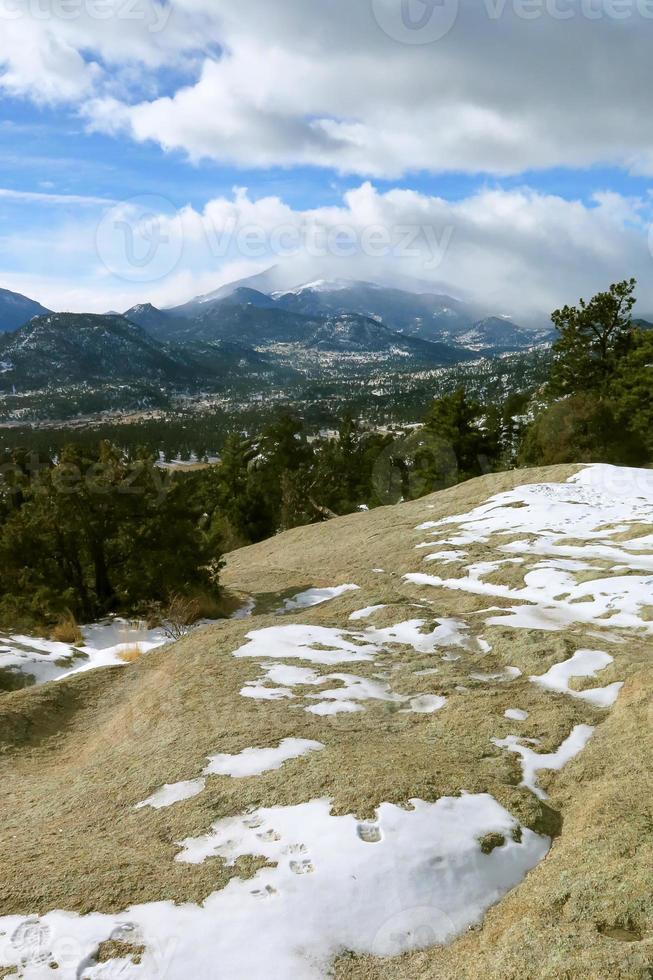 a vista do pico long's no parque nacional das montanhas rochosas foto