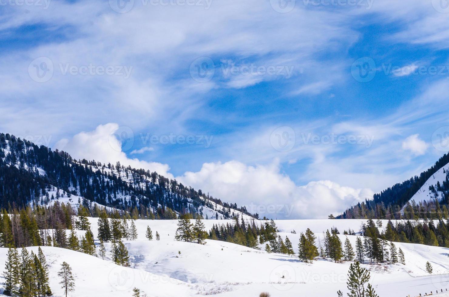 vista da montanha entre a estrada para Yellowstone foto