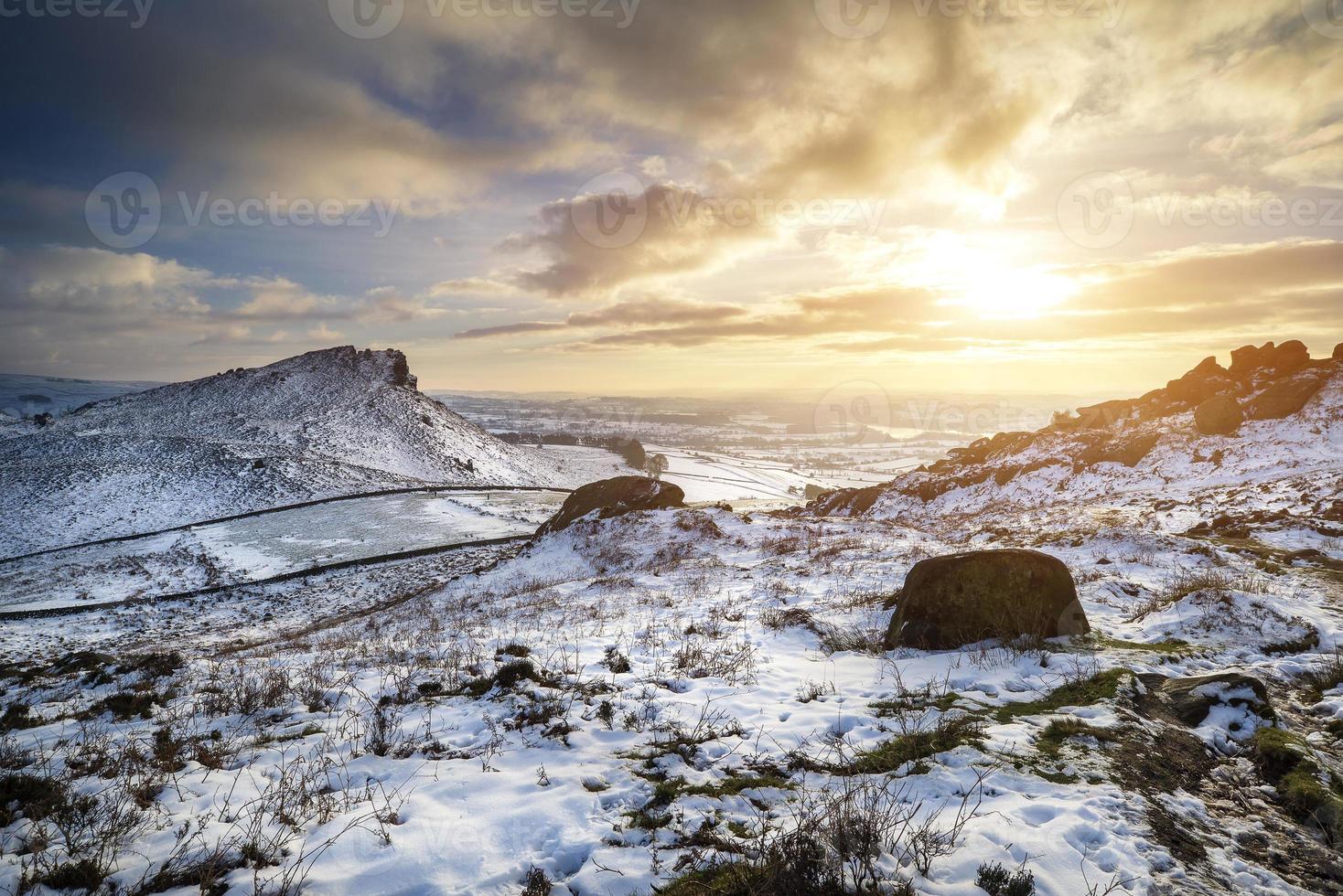 deslumbrante pôr do sol de inverno na paisagem campestre com dramática foto