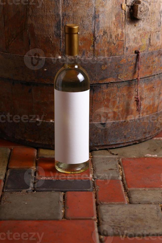 vinho branco na adega foto
