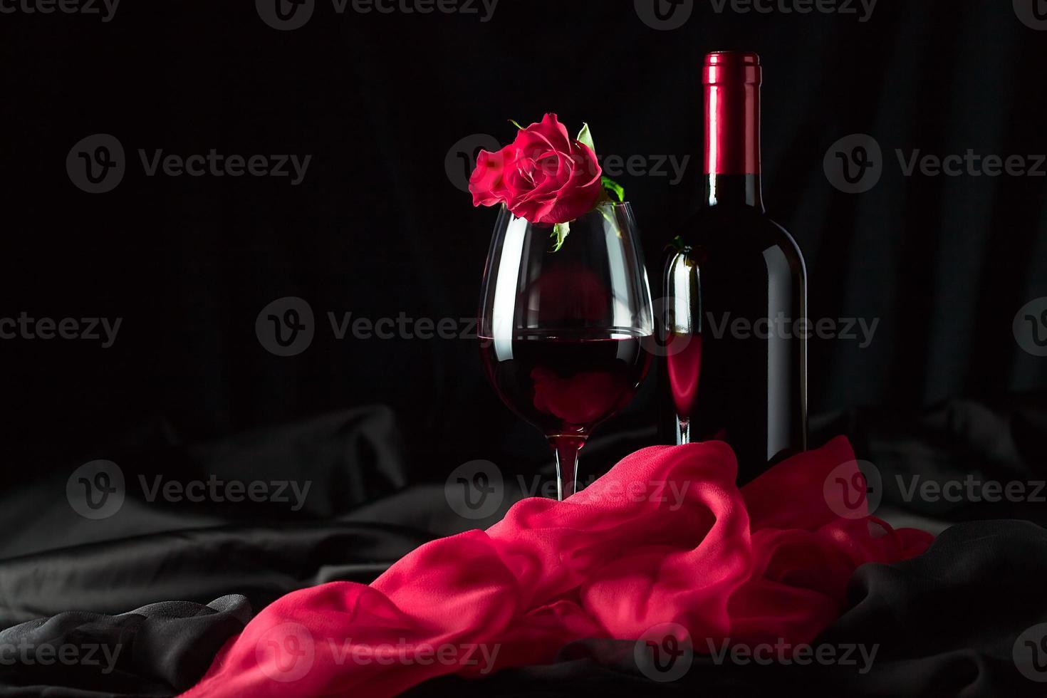 garrafa e copo com vermelho foto