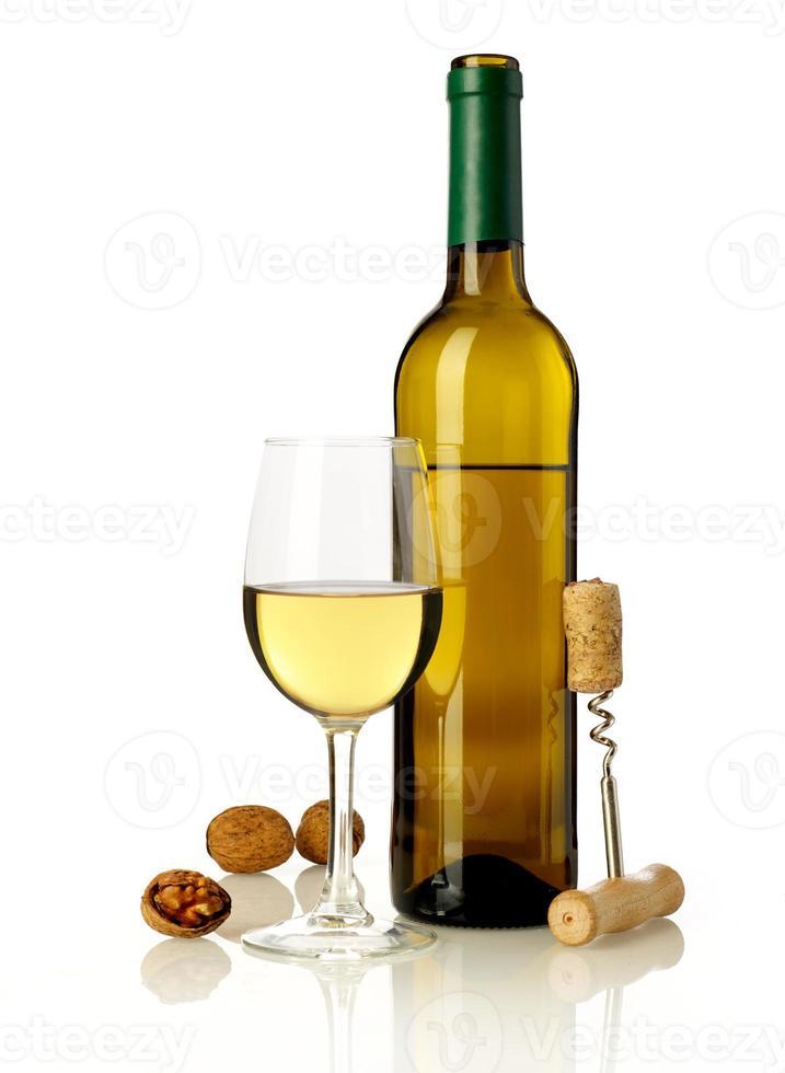 vinho, nozes e abridor de garrafas foto