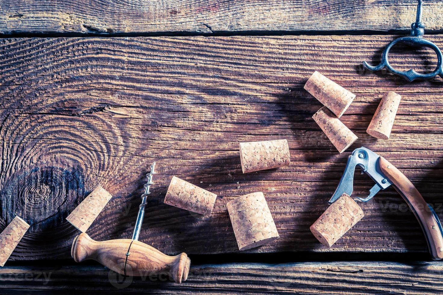 rolhas de vinho e abridor foto