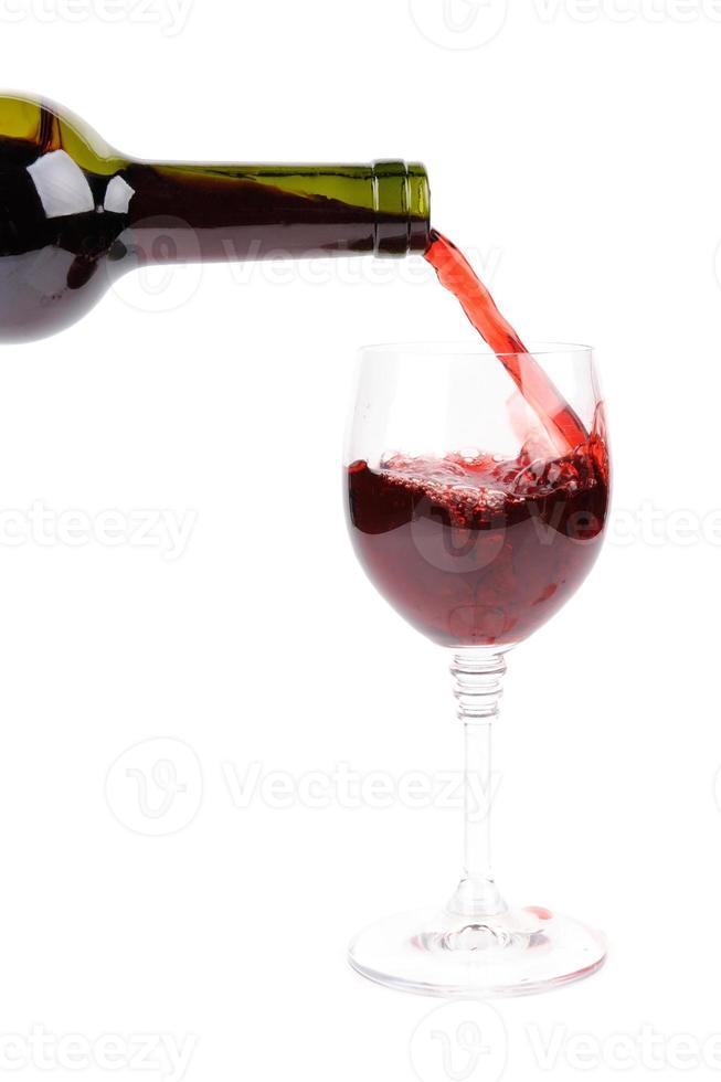 vinho tinto servindo no copo foto