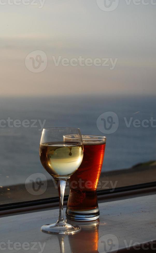 cerveja e vinho pôr do sol foto