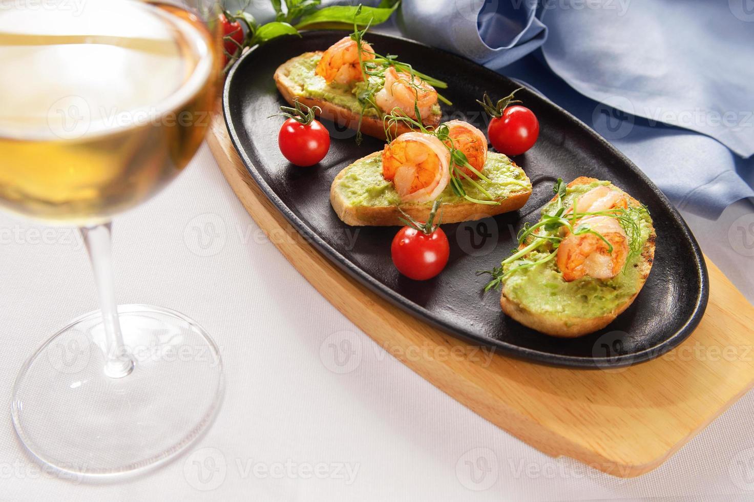 """bruschetta com salmão guisado, pepino e molho """"wasabi"""" foto"""